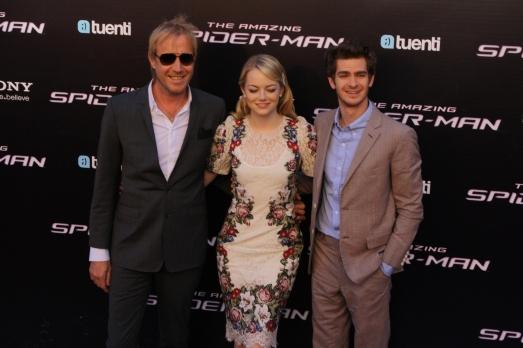 Rhys Ifans, Emma Stone y Andrew Garfield posando en el cine Callao