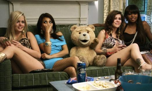 Ted rodeado de algunas amigas