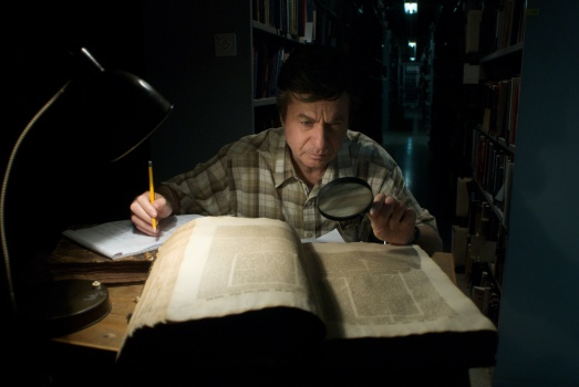 Schlomo Bar-aba realizando estudios filológicos